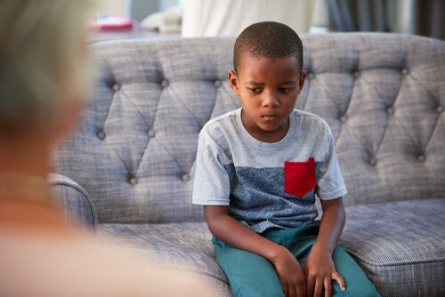 Niño triste en el psicólogo