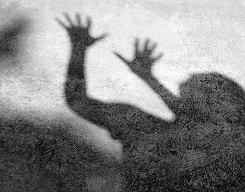Sombra de una persona aterrorizada por Jack el destripador