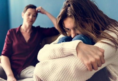 Adolescente enfadada con su madre