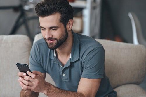 Chico hablando con una chica desde una app para ligar