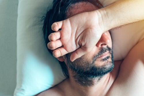 Hombre con ansiedad al despertar