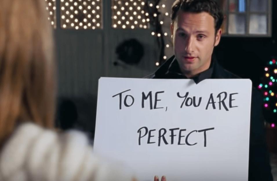 Hombre con mensaje de amor en una pancarta