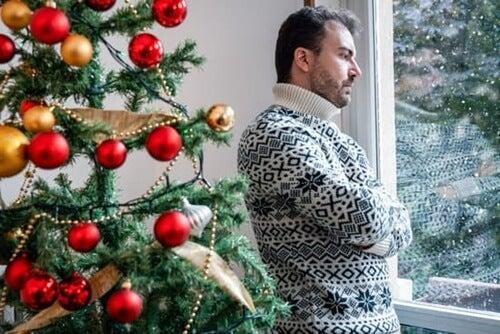 Hombre solitario pensando aplicar la asertividad en las reuniones familiares