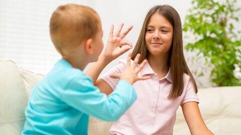 Personas con discapacidad hablando lengua de signos