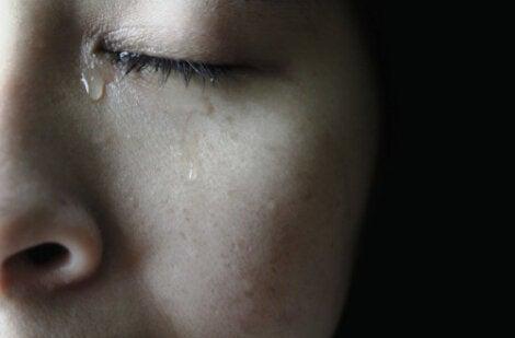 Mujer con lágrima en la cara