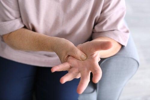 Mujer con la mano dormida