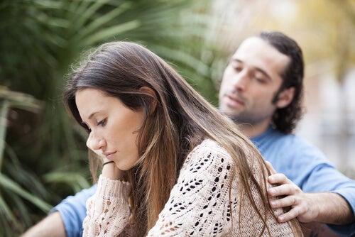 Mujer preocupada representando a las personas enamoradizas