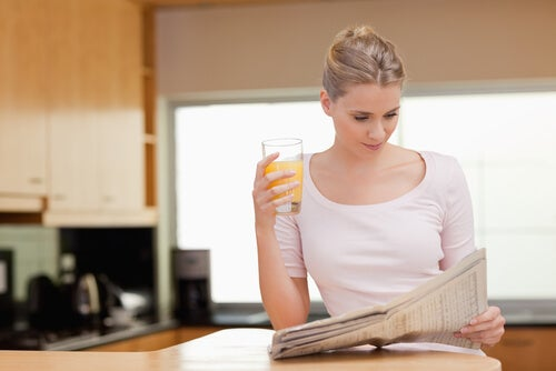 Mujer con zumo de naranja