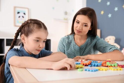 Niña con autismo con una psicóloga