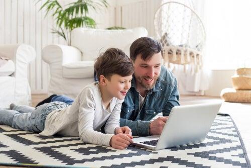 Niño mirando cómo hace un excel su padre