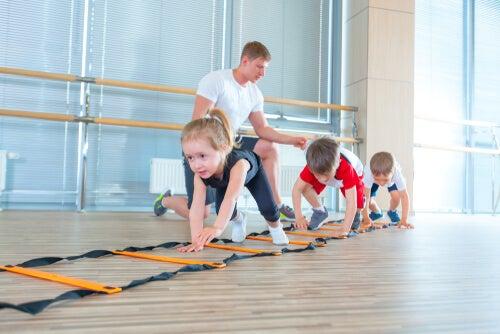 Niños haciendo gimnasia para trabajar la psicomotricidad