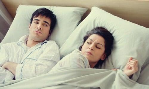 Irnos a la cama enfadados o preocupados, una mala costumbre