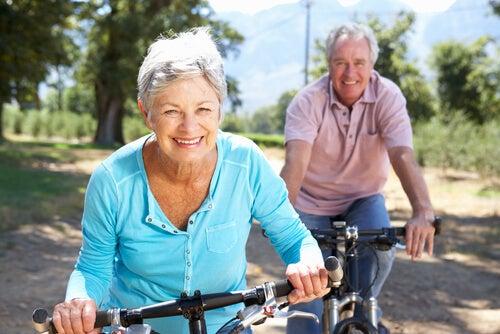 Personas mayores en bicicleta por el campo