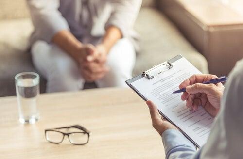 Psicólogo dando alta terapéutica