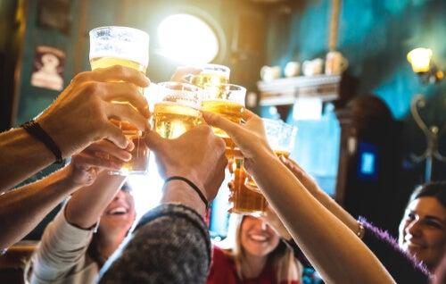 Amigos brindando cervezas