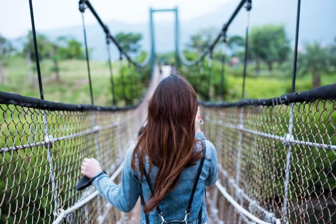 Mujer en un puente