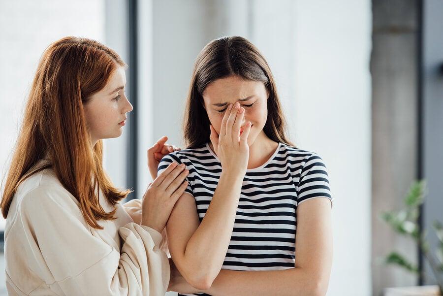 Chica llorando porque le cuesta aceptar la tristeza