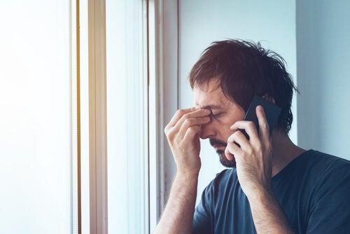 Hombre con angustia mientras habla por teléfono