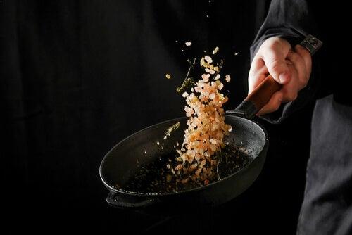 Hombre cocinando sales aromáticas