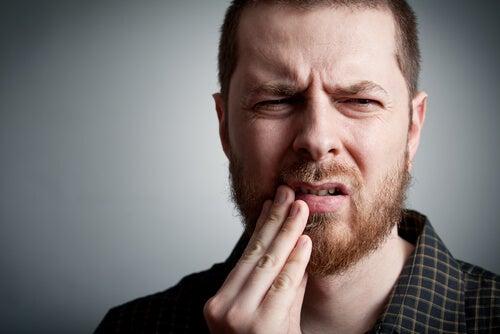 Hombre con dolor en la boca