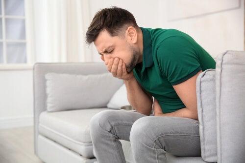 Hombre con náuseas y asco