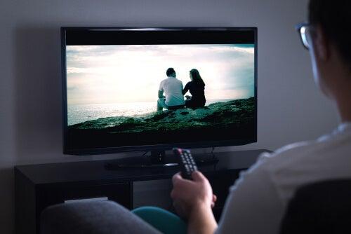 Hombre viendo un anuncio en la tv
