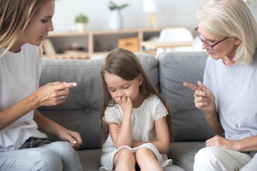 Madre y abuela exigiendo a una niña