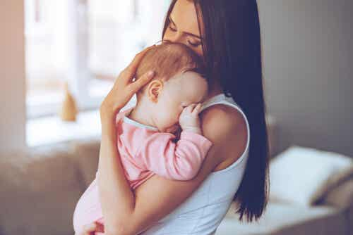 ¿Por qué los bebés se calman cuando los cargas del lado izquierdo?