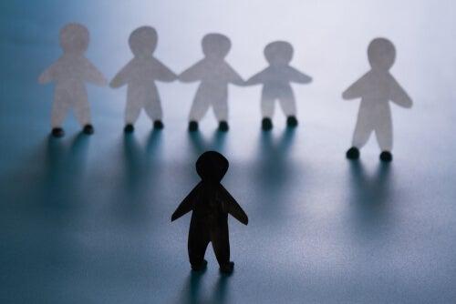 Monigotes representando una situación de discriminación