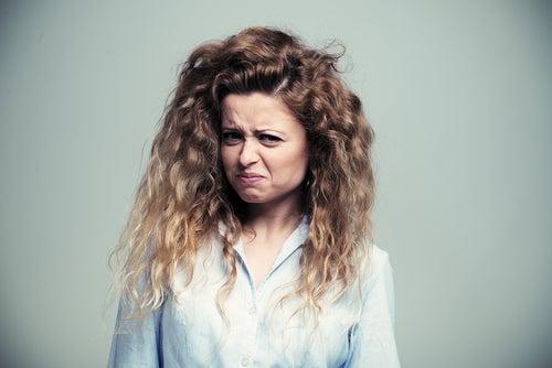 Mujer sintiendo asco