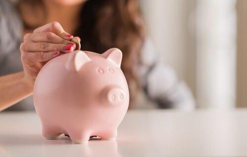 Mujer guardando el dinero en una hucha