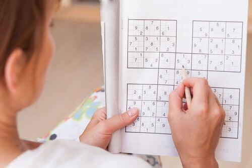 Mujer haciendo sudoku
