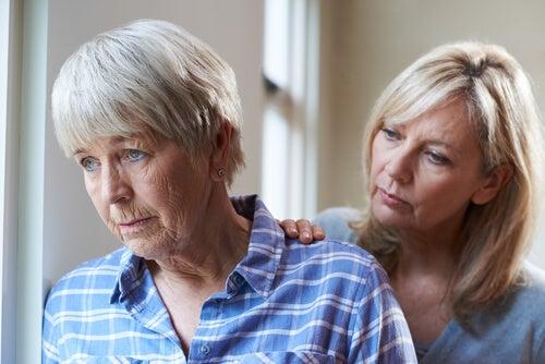 Mujer con su madre con demencia