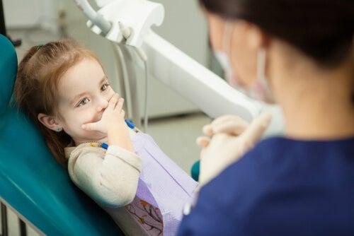 Niña con ansiedad dental