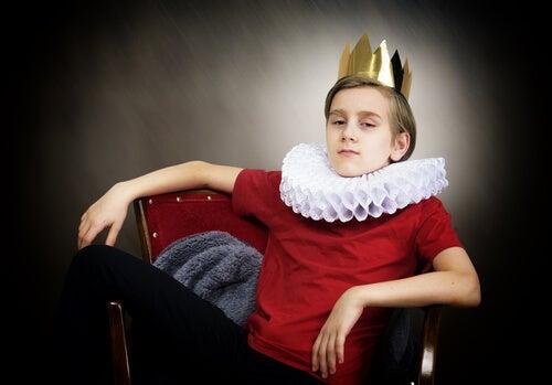 Niño con corona que representa si Los narcisistas nacen o se hacen