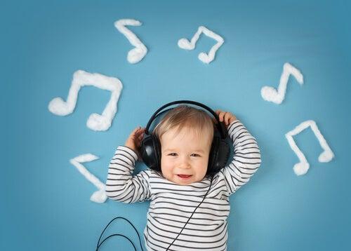 Niño escuchando música con auriculares