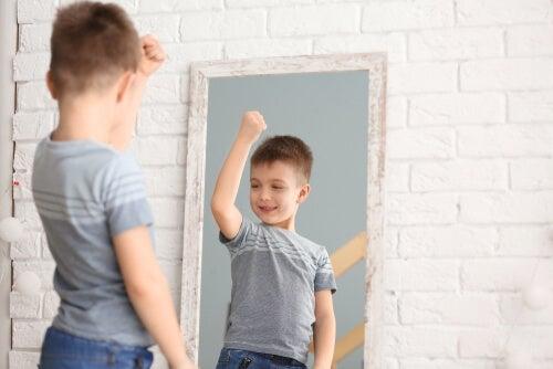 Niño mirándose al espejo