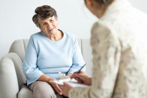 Persona mayor en el psicólogo