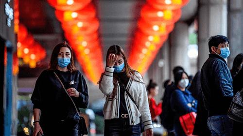 Personas protegiéndose de coronavirus o neumonía de Wuhan