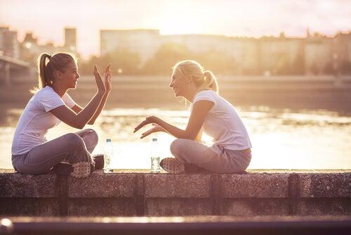 Amigas hablando cerca del río
