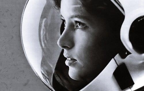 Astronauta representando el día de La mujer y la niña en la ciencia