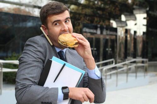 Hombre estresado comiendo