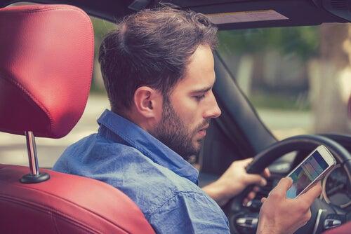 Hombre conduciendo con el móvil