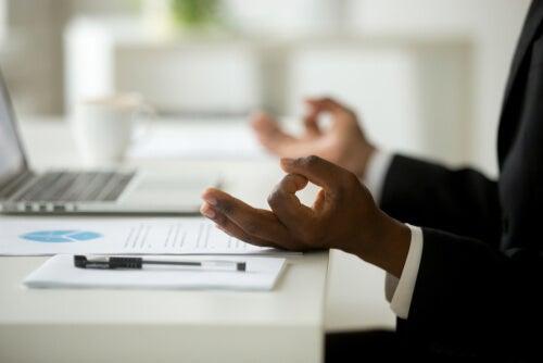 Hombre haciendo mindfulness en el trabajo