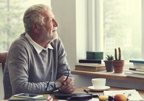 Hombre jubilado con pensamientos negativos durante el COVID-19