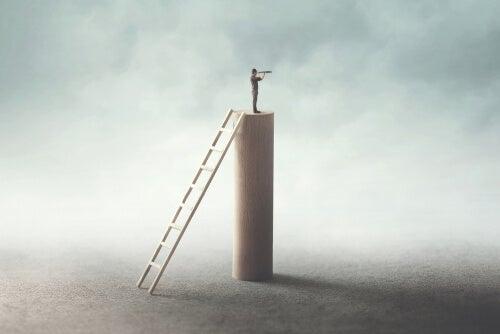 Hombre subido en un bloque mirando hacia el futuro