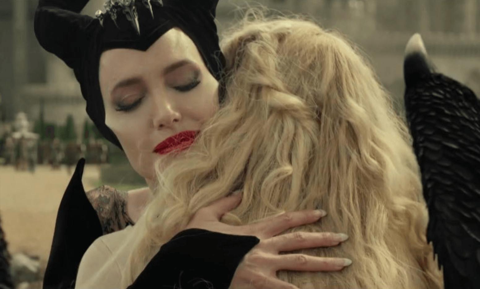 Maléfica abrazando a Aurora