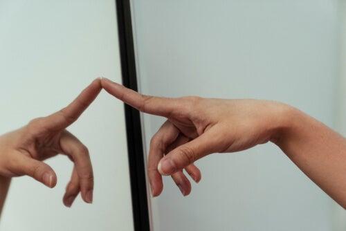 El sorprendente efecto de un espejo sobre el cerebro