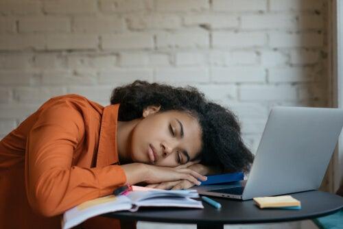 ¿En qué consiste la hipersomnia y cuál es su origen?