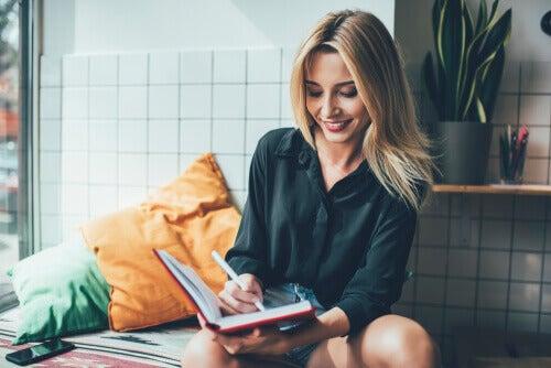 Mujer escribiendo propósitos